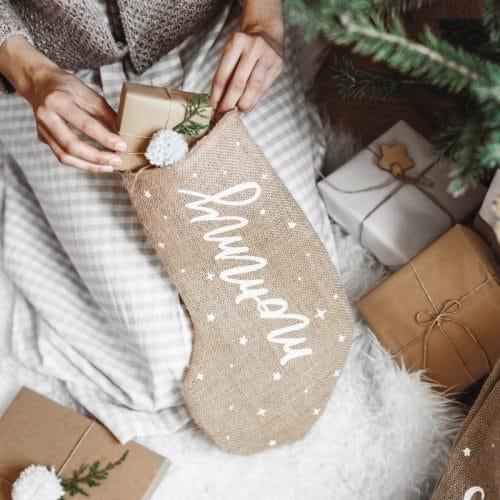kerstversiering-kerstsok-mommy-burlap-white-5