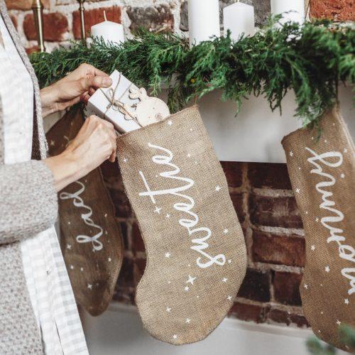kerstversiering-kerstsok-mommy-burlap-white