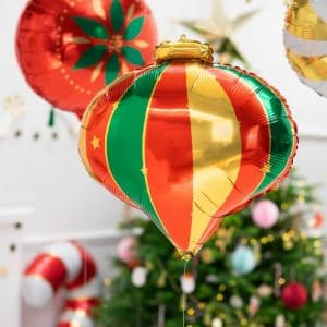 kerstversiering-folieballon-christmas-bauble-red-green-gold (1)